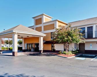 Quality Inn & Suites Matthews - Charlotte - Matthews - Building