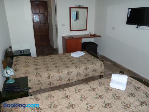 Holiday Suites Hotel And Beach - Jounieh - Bedroom