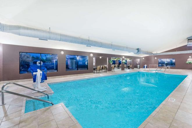 Days Inn by Wyndham Bismarck - Bismarck - Pool