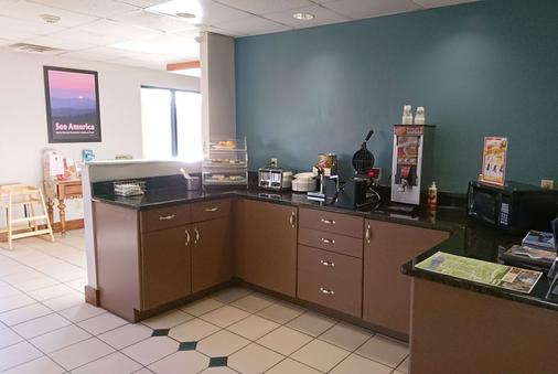 Travelodge by Wyndham Knoxville East - Knoxville - Buffet