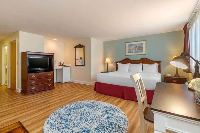 The Carriage House Inn Ascend Hotel Collection - Middletown - Bedroom