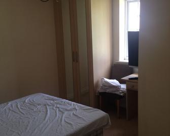 4 Willis - Hook - Bedroom