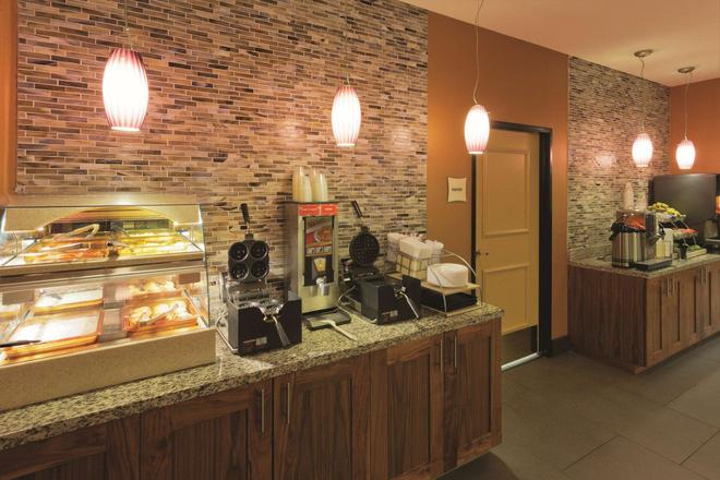 La Quinta Inn & Suites by Wyndham Butte - Butte - Buffet