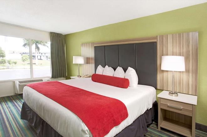 Ramada by Wyndham Fort Lauderdale Airport/Cruise Port - Fort Lauderdale - Bedroom