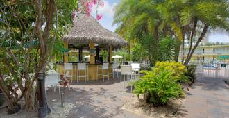 Ramada by Wyndham Fort Lauderdale Airport/Cruise Port - Fort Lauderdale - Patio