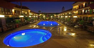 Tropicana Inn And Suites - Anaheim - Piscine