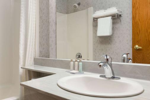 Travelodge by Wyndham, Lloydminster - Lloydminster - Bathroom