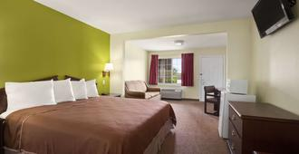 Howard Johnson by Wyndham Grand Prairie Near Lone Star Park - Grand Prairie - Bedroom