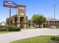Howard Johnson by Wyndham Grand Prairie Near Lone Star Park - Grand Prairie - Rakennus