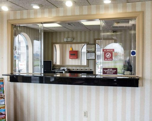 Econo Lodge Chesapeake Route 13 and I-464 - Chesapeake - Front desk