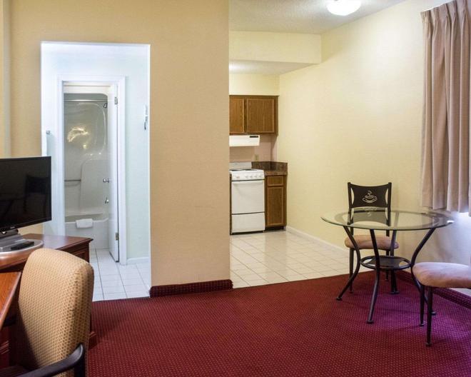 Econo Lodge Chesapeake Route 13 and I-464 - Chesapeake - Living room
