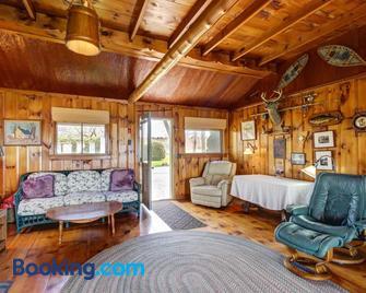 Thayer Beach Front Home - Colchester - Huiskamer