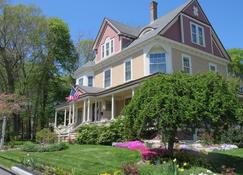 The Sleigh Maker Inn Bed and Breakfast - Westborough - Building