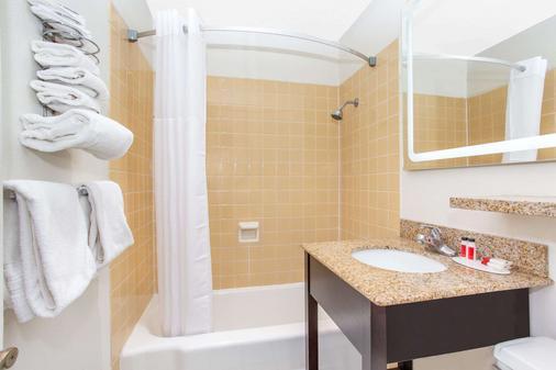 Howard Johnson by Wyndham Colorado Springs - Colorado Springs - Bathroom