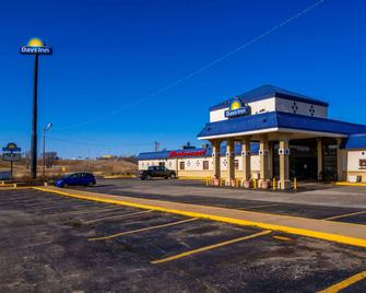 Days Inn by Wyndham Clinton - Clinton - Building