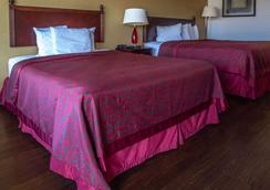 Days Inn by Wyndham Clinton - Clinton - Bedroom