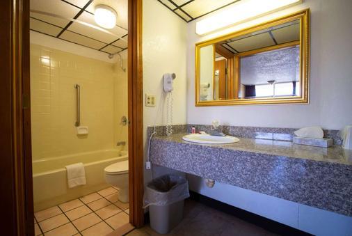 Days Inn by Wyndham Clinton - Clinton - Bathroom