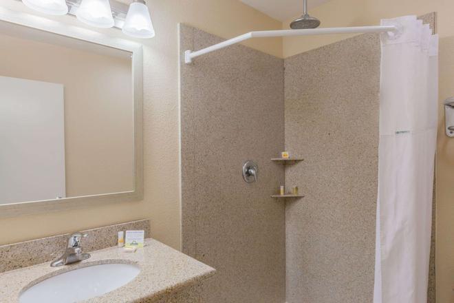 Days Inn by Wyndham Santa Maria - Santa Maria - Bathroom