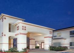 Super 8 by Wyndham Brenham TX - Brenham - Building