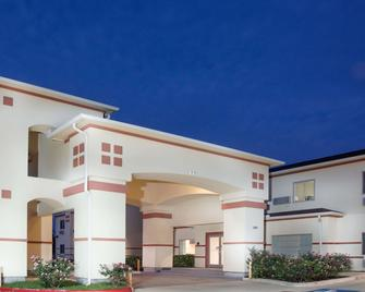 Super 8 by Wyndham Brenham TX - Brenham - Building