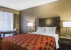 Econo Lodge Inn & Suites - Lethbridge - Bedroom