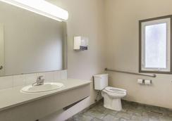 Econo Lodge Inn & Suites - Lethbridge - Bathroom