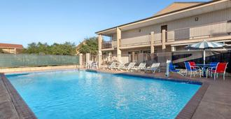 Ramada by Wyndham San Antonio/Near SeaWorld - San Antonio - Pool