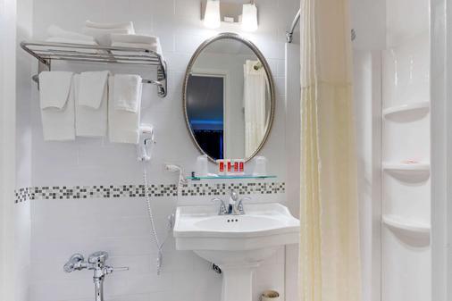 Econo Lodge - Hicksville - Bathroom