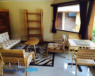 Jepara Marina Beach Bungalows - Jepara - Huiskamer