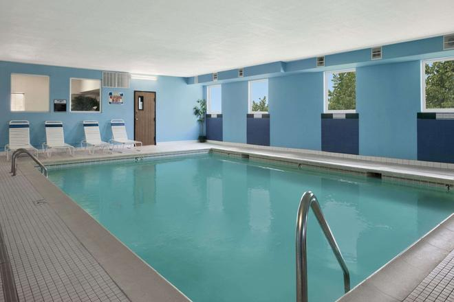 Days Inn & Suites by Wyndham Romeoville - Romeoville - Pool