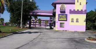 Magic Castle Inn and Suites - Kissimmee - Building