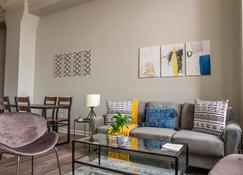 Frontdesk | Historic Apts Downtown Warehouse District Cleveland - Cleveland - Living room