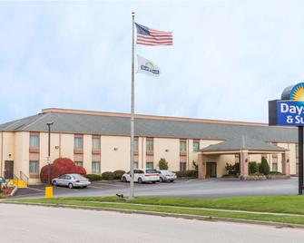 Days Inn & Suites by Wyndham Bloomington/Normal IL - Bloomington - Building