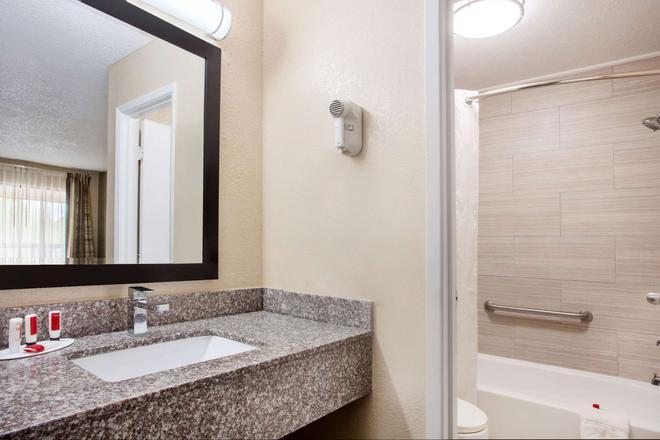Baymont Inn & Suites Lake City - Lake City - Bathroom