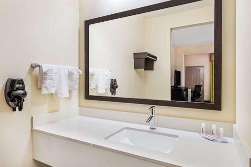 Days Inn & Suites by Wyndham Katy - Katy - Phòng tắm