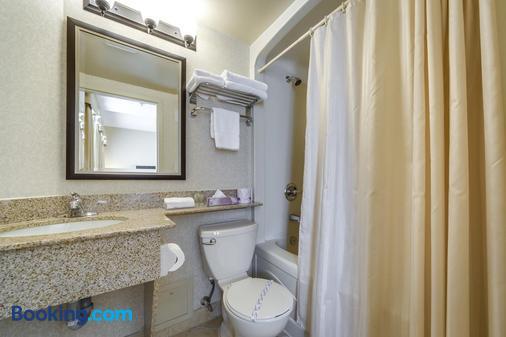 Monte Carlo Inn & Suites Downtown Markham - Markham - Bathroom