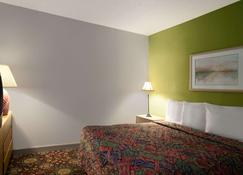 Days Inn by Wyndham West Memphis - West Memphis - Bedroom