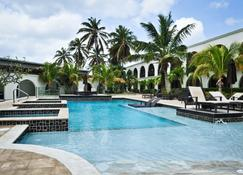 Talk Of The Town Hotel And Beach Club - Oranjestad - Piscina