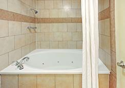 達拉斯東速 8 酒店 - 達拉斯 - 達拉斯 - 浴室