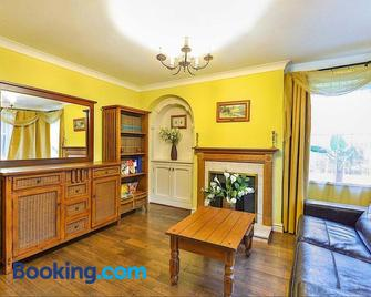 The Old Chapel Cottage - Leighton Buzzard - Living room