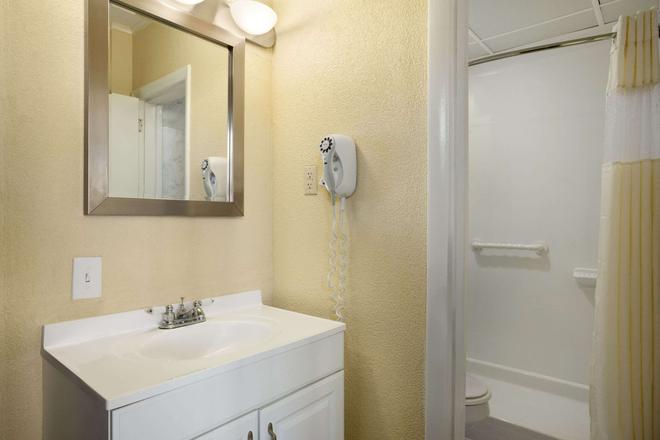 Howard Johnson by Wyndham Ocean City Oceanfront - Ocean City - Bathroom