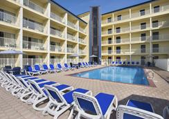 Howard Johnson by Wyndham Ocean City Oceanfront - Ocean City - Πισίνα