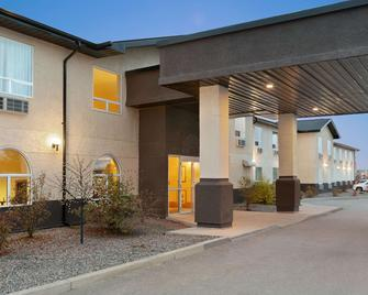 Days Inn & Suites by Wyndham Thompson - Thompson - Building