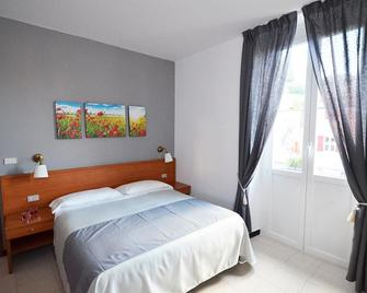 Hotel Porta Del Parco - Камольї - Bedroom