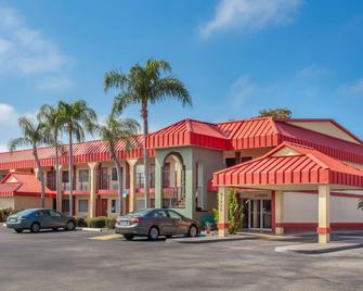 Super 8 by Wyndham Clearwater/US Hwy 19 N - Clearwater - Building