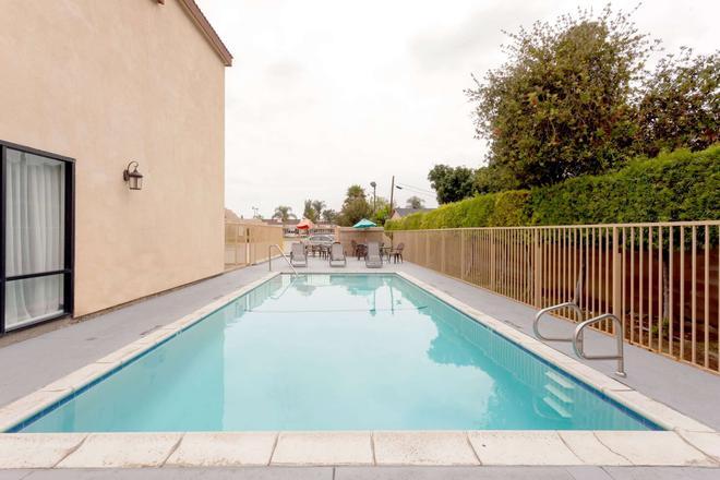 Howard Johnson Hotel & Suites by Wyndham Pico Rivera - Pico Rivera - Pool