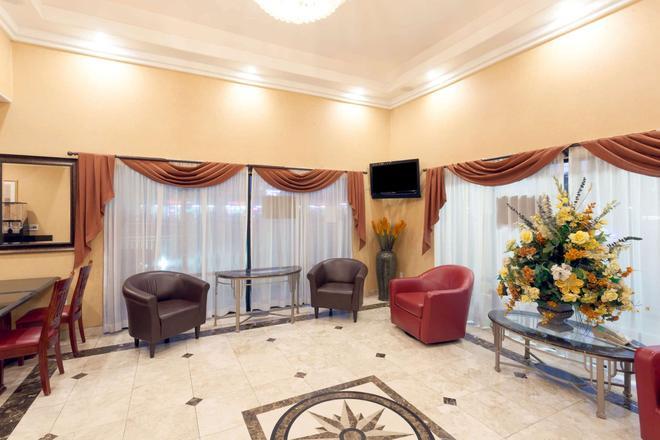 Howard Johnson Hotel & Suites by Wyndham Pico Rivera - Pico Rivera - Lobby