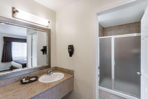 Howard Johnson by Wyndham Berkeley - Berkeley - Phòng tắm