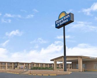 Days Inn & Suites by Wyndham Santa Rosa - Santa Rosa - Building