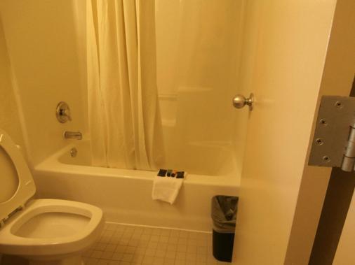 Americas Best Value Inn Florida Turnpike & I-95 - Fort Pierce - Phòng tắm